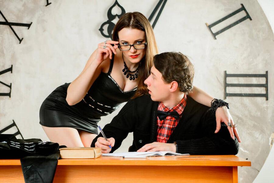 сексуальная учительница и парень
