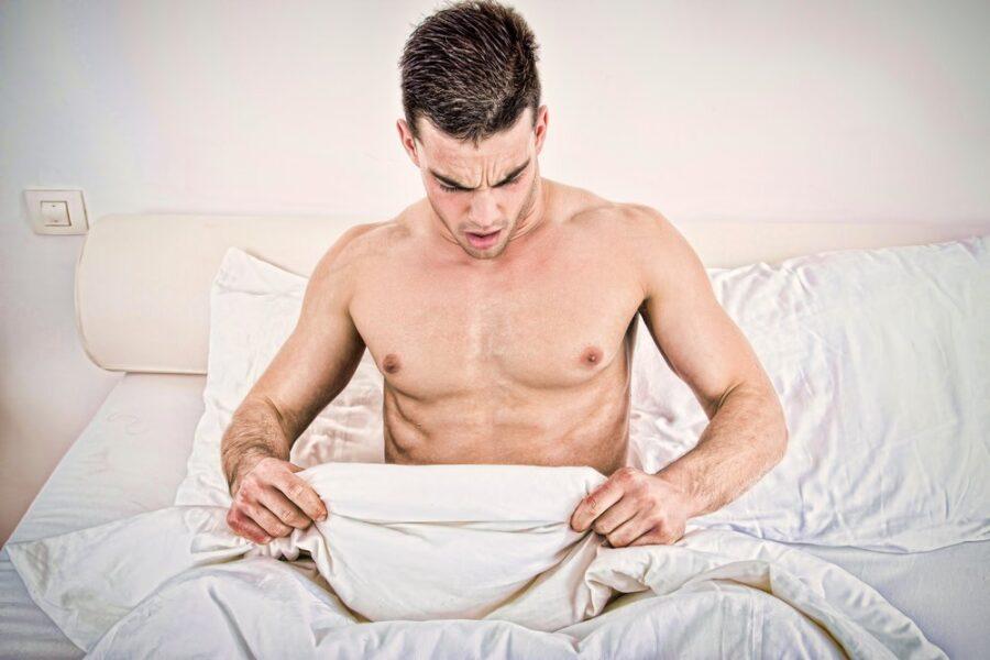 парень смотрит под одеяло