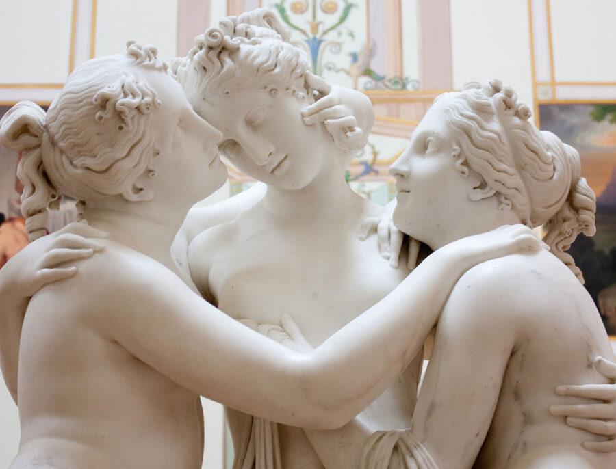 три статуи обнимаются