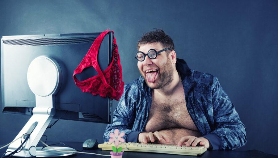 извращенец сидит в интернете