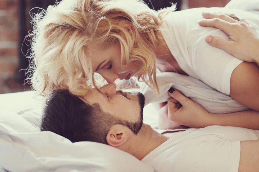пара целуется в кровати