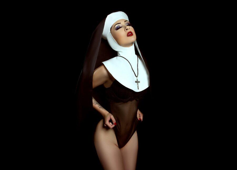 сексуальная монашка