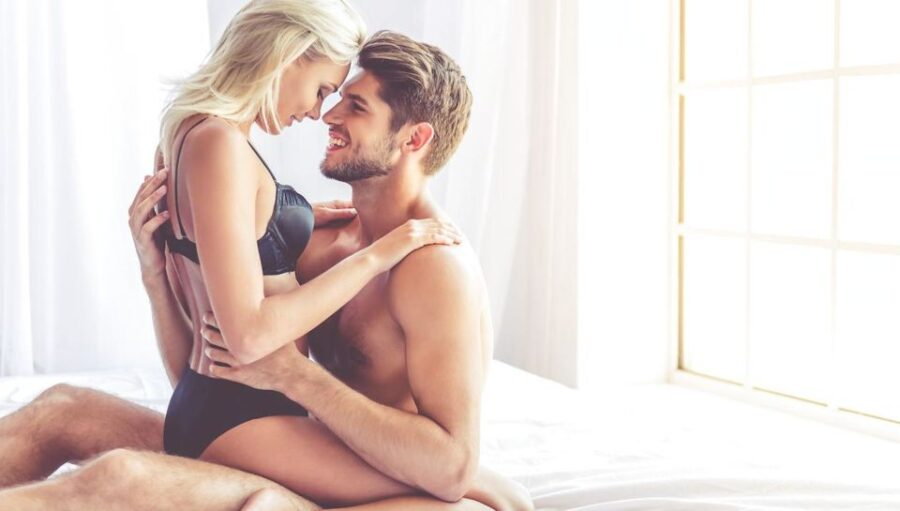 нежная пара обнимается