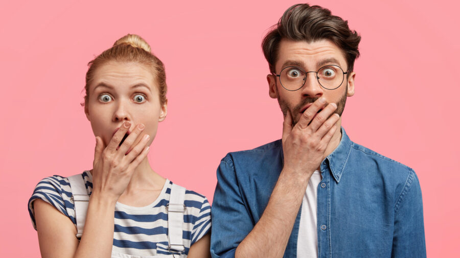 девушка и парень удивлены