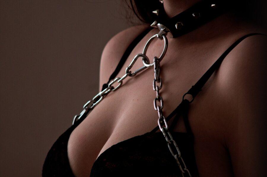 девушка в белье и в цепях