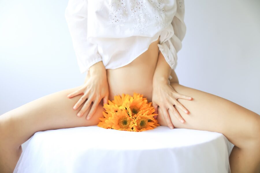 девушка с цветами между ног