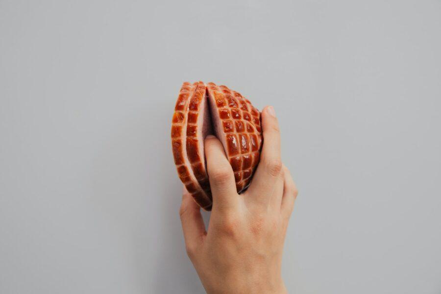 пальцы в половинках ветчины