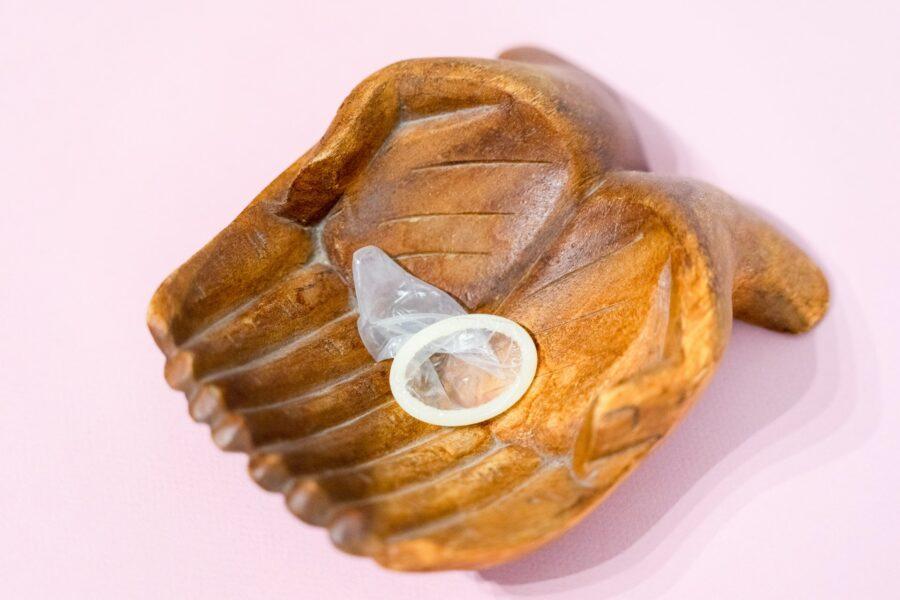 презерватив в руках