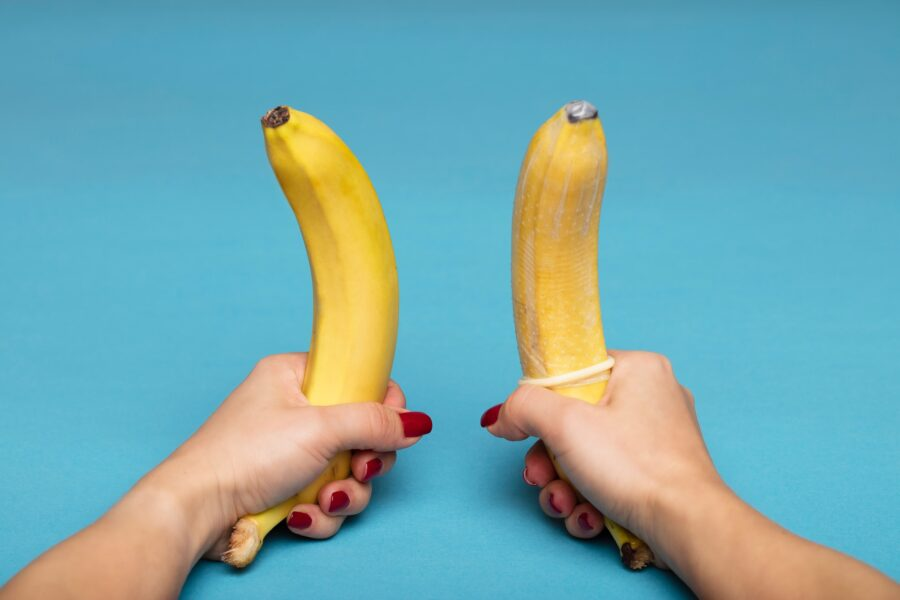 два банана в руках