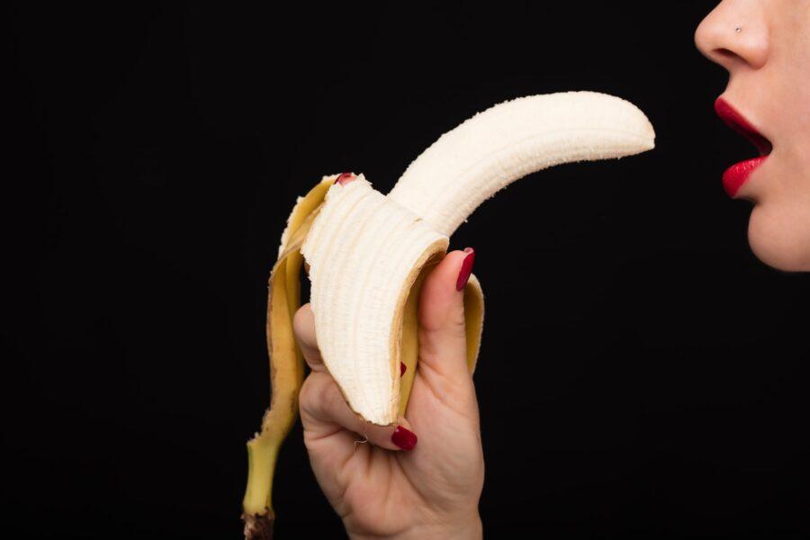 девушка с бананом у рта