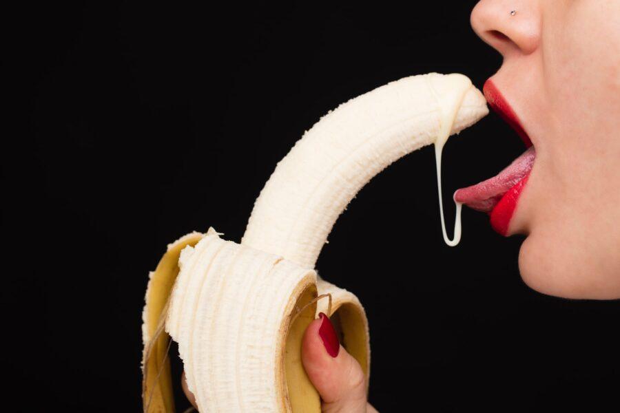 банан во рту