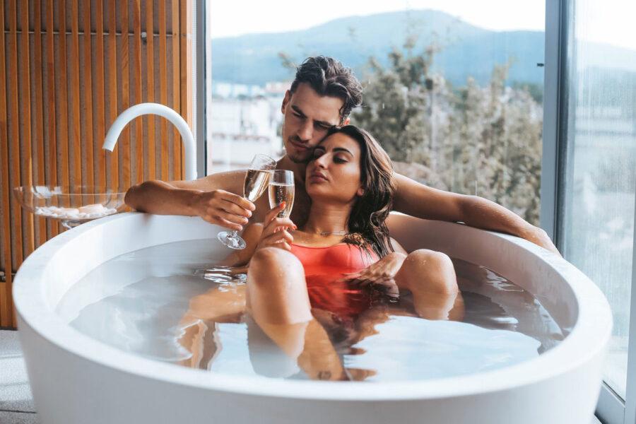 пара в ванной с бокалами