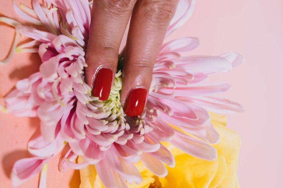 пальцы на цветочке