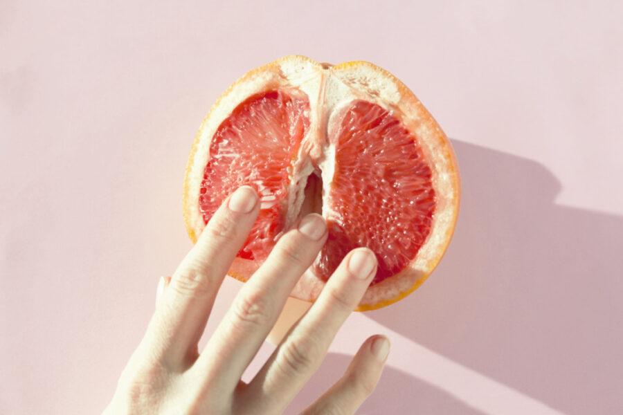 пальцы на половинке грейпфрута