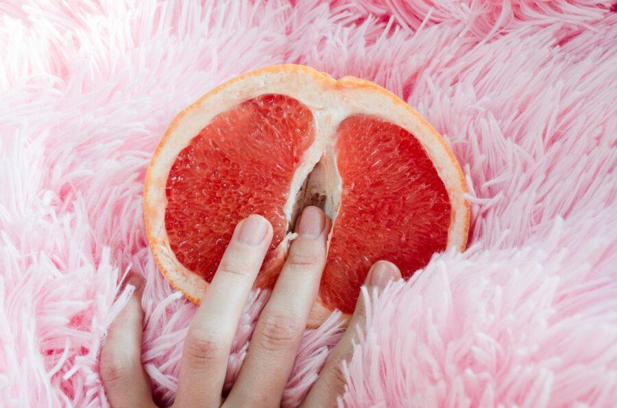 пальцы в грейпфруте