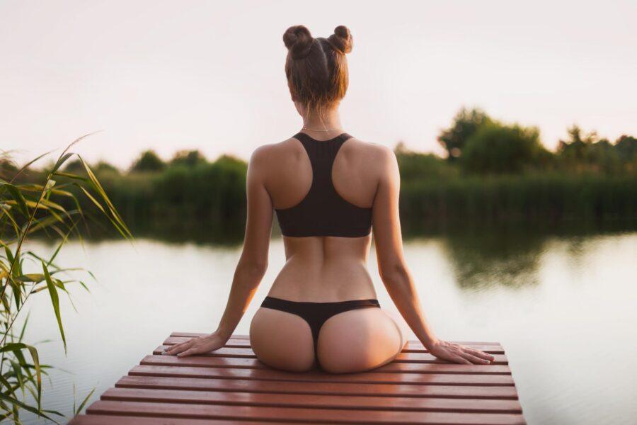 девушки в купальнике вид сзади