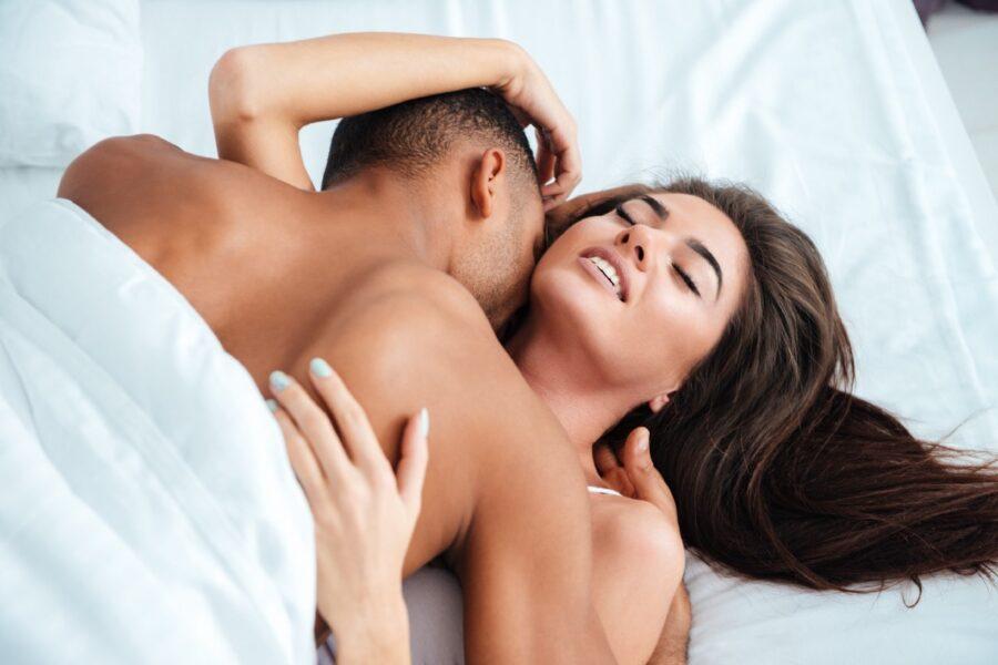 страстная пара в постели