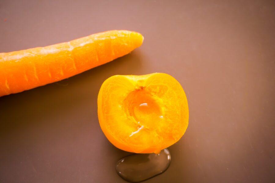 половинка персика  и морковка