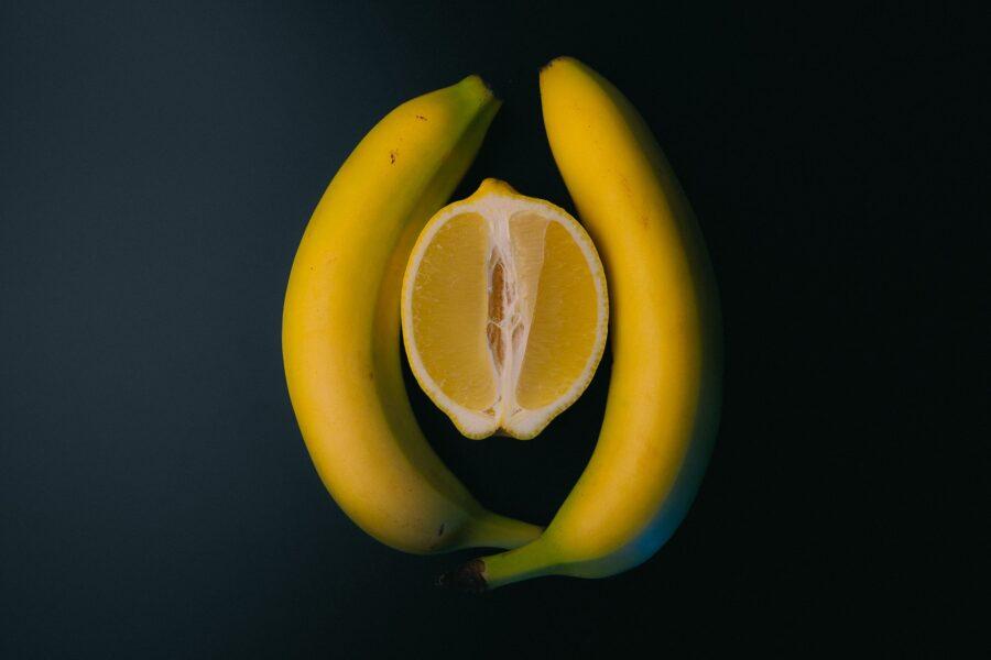лимон между бананами