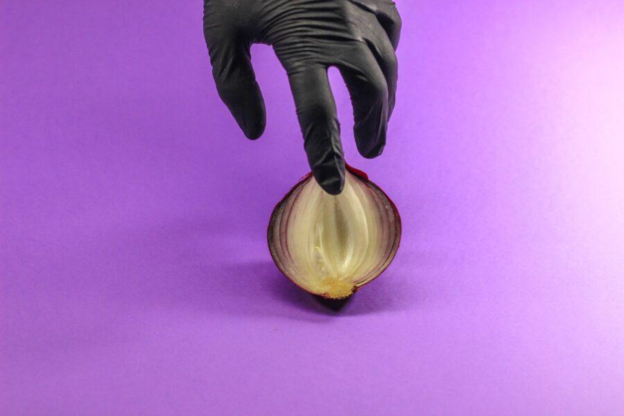 палец на половинке луковицы