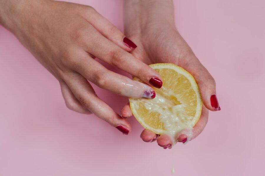 лимон со сливками в руках