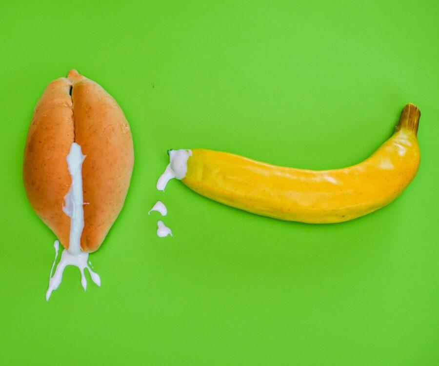 банан и булочка со сливками