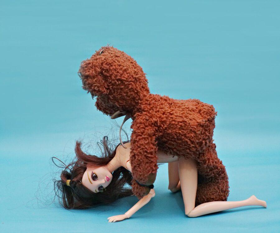 плюшевый мишка на кукле