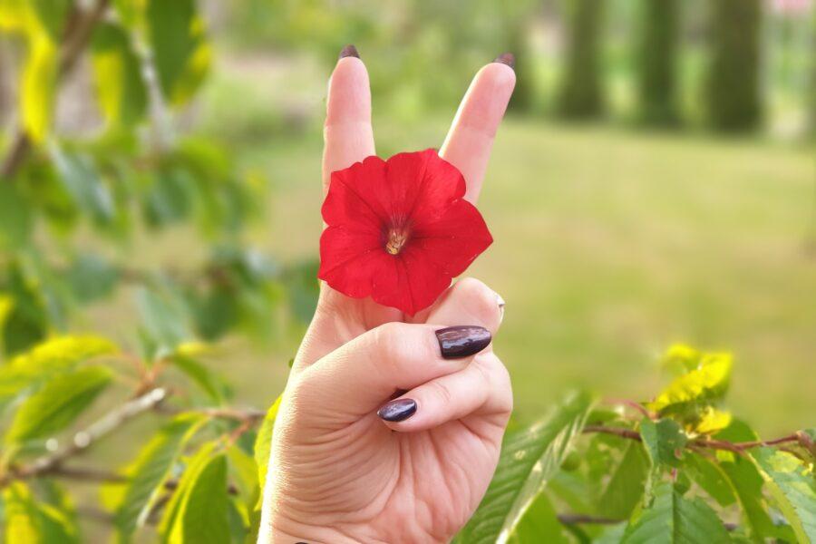 цветочек между пальцами