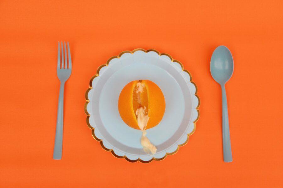 апельсин с кремом в тарелке