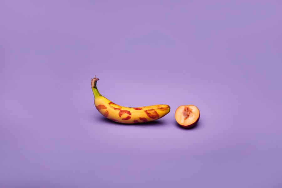 банан и половинка персика