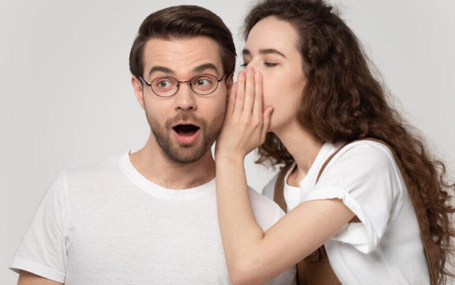 девушка шепчет на ухо