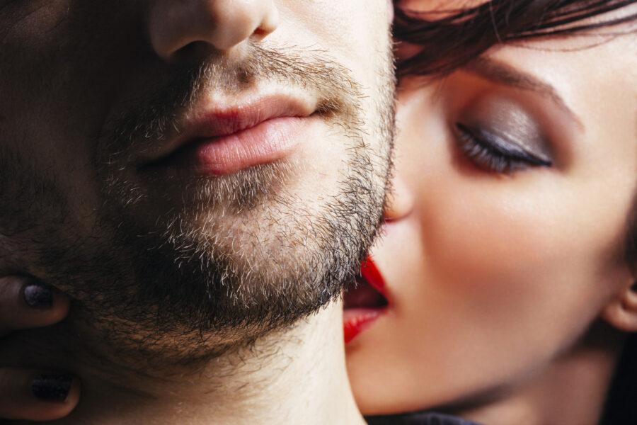 девушка целует шею мужчины