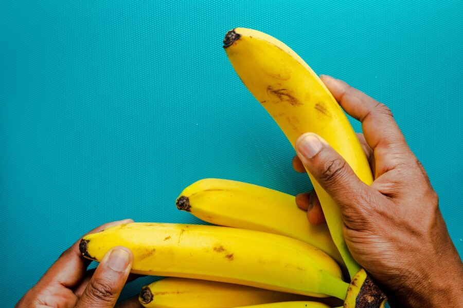 банан в руке