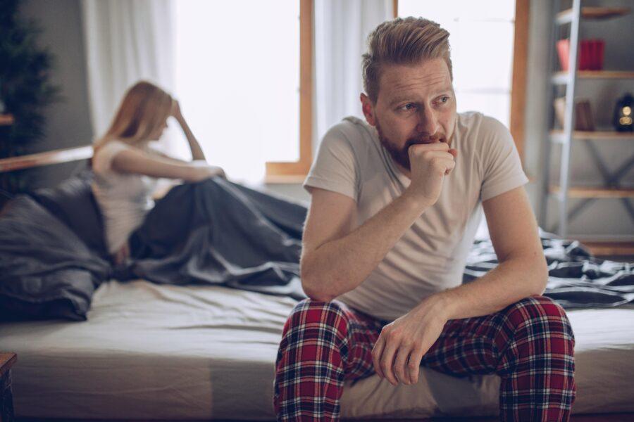недовольный парень в постели