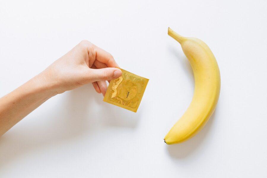 презерватив и банан