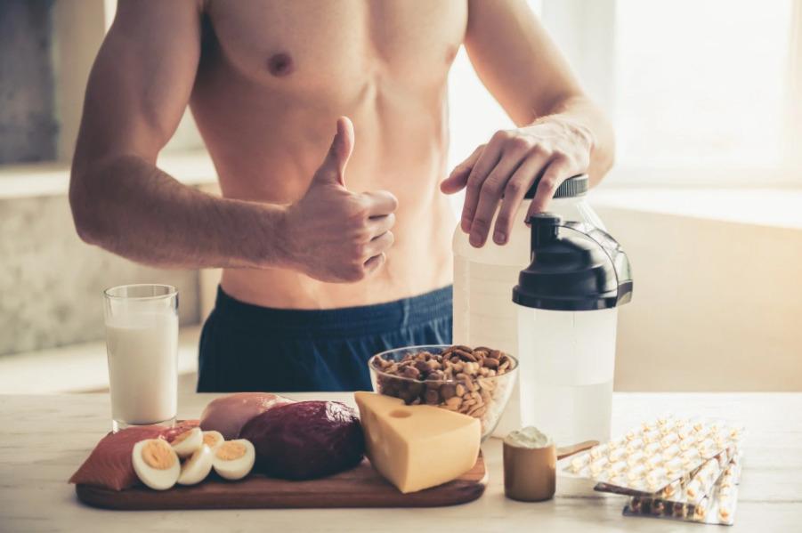 парень готовит завтрак