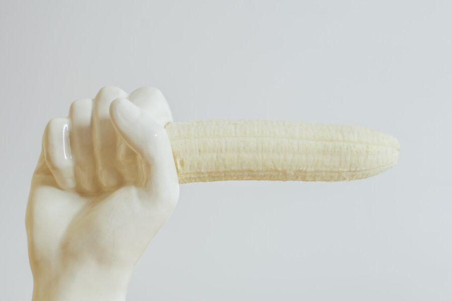 банан в белой руке