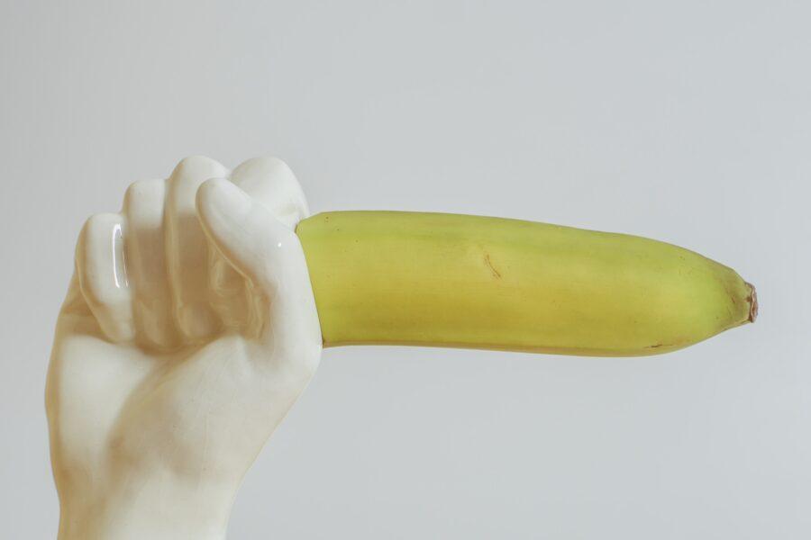 банан в фарфоровой руке