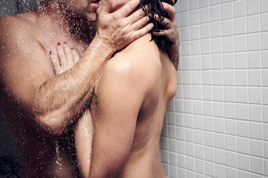 пара целуется в душе
