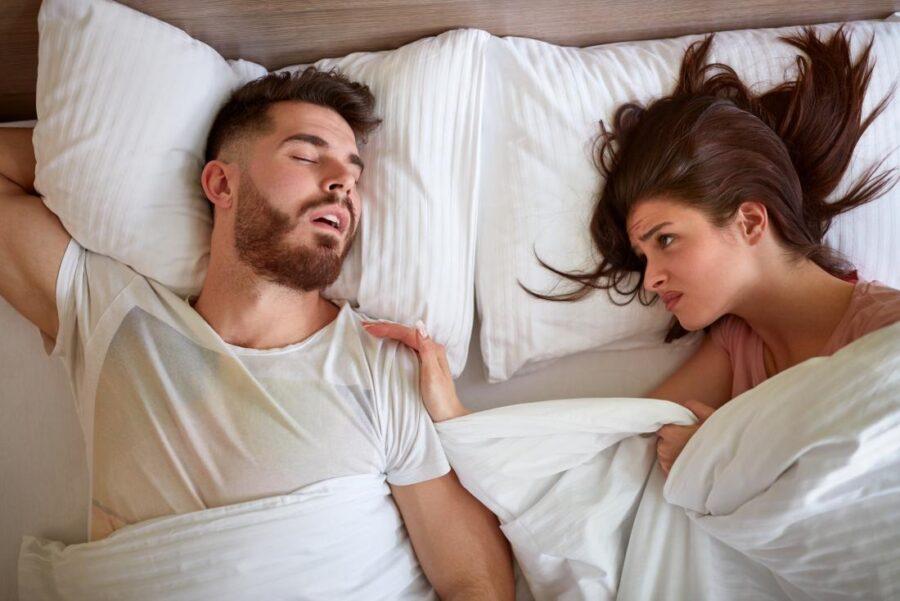 недовольная девушка в постели