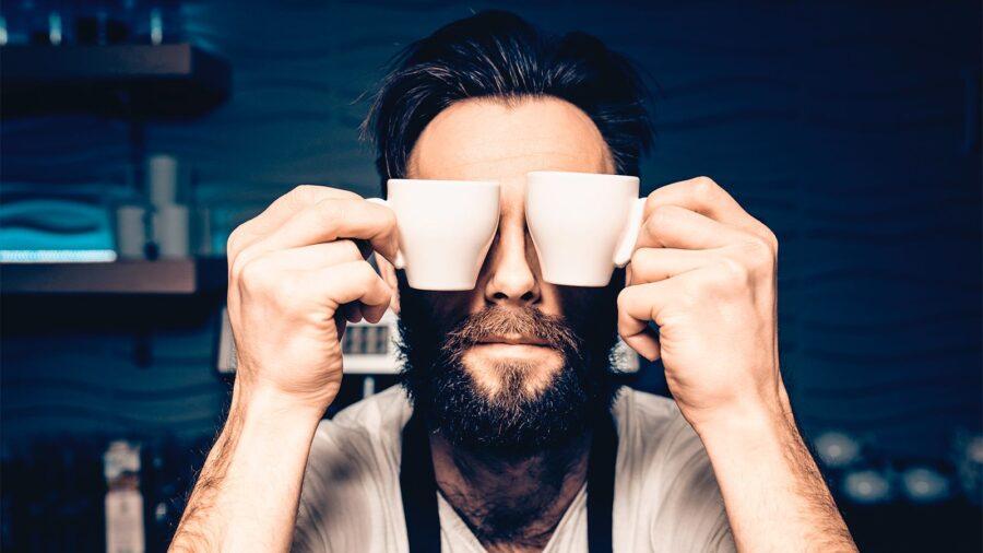 парень с чашками у глаз