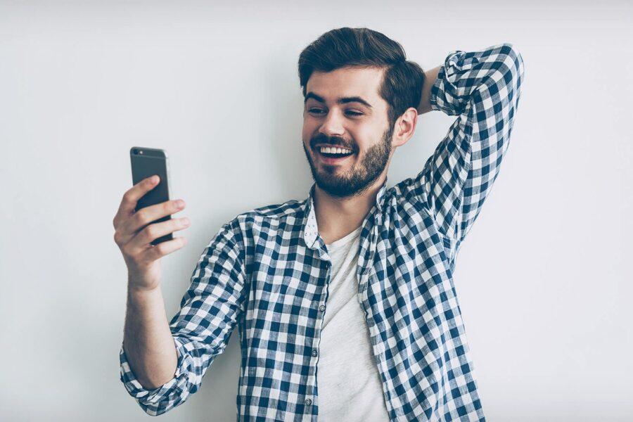 парень с телефоном