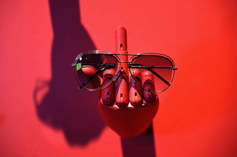 очки на деревянной руке
