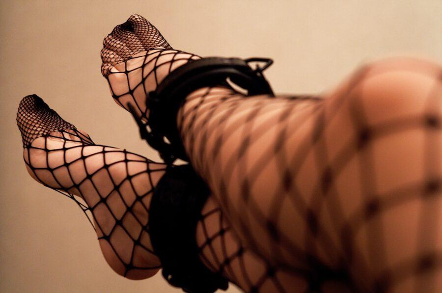 наручники на ногах