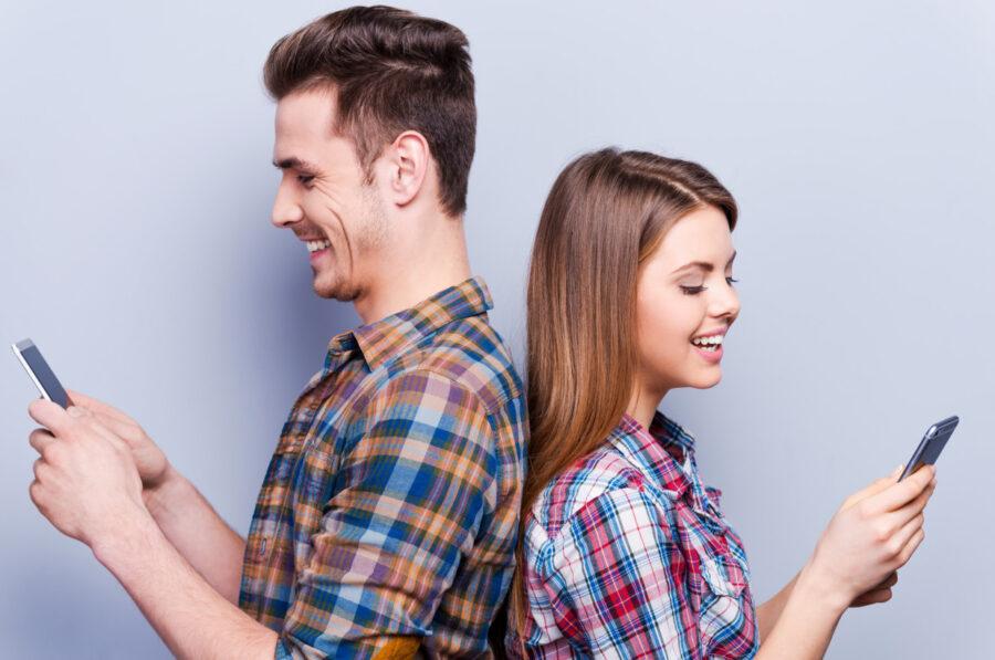 парень и девушка с телефонами