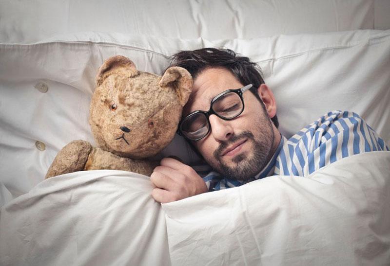 спящий парень с мишкой