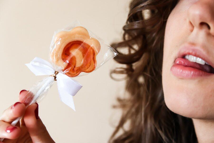 девушка с леденцом у рта