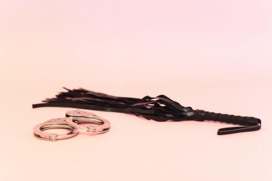 плетка и наручники