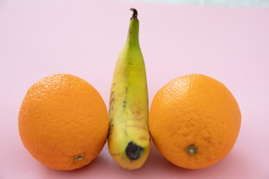 банан между апельсинами
