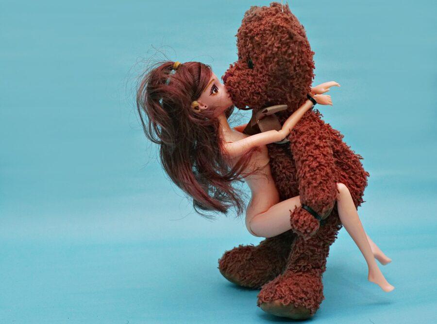 игрушки целуются